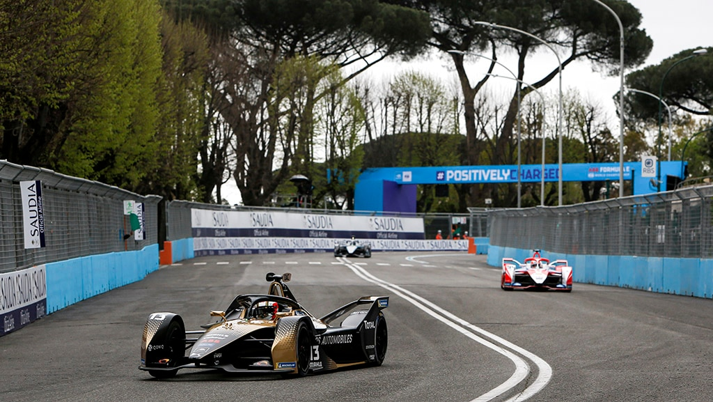 CIRCUITO CITTADINO DELL'EUR, ITALY - APRIL 11: Antonio Felix da Costa (PRT), DS Techeetah, DS E-Tense FE21, leads Alex Lynn (GBR), Mahindra Racing, M7Electro during the Rome ePrix II at Circuito Cittadino dell'EUR on Sunday April 11, 2021 in Rome, Italy. (Photo by Andrew Ferraro / LAT Images)